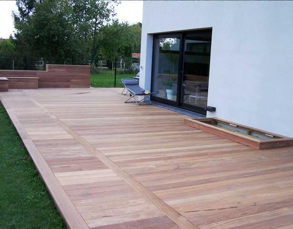 Terrasse en bois exotique de Cumaru avec jardinières, rangements, encastrements pour le jardin